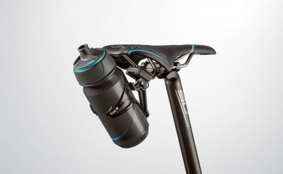 t7600_cage-mount-carbon_with-1-bottle_perspective